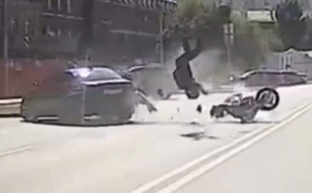 На Хорошевском шоссе мотоциклист перевернулся в результате столкновения