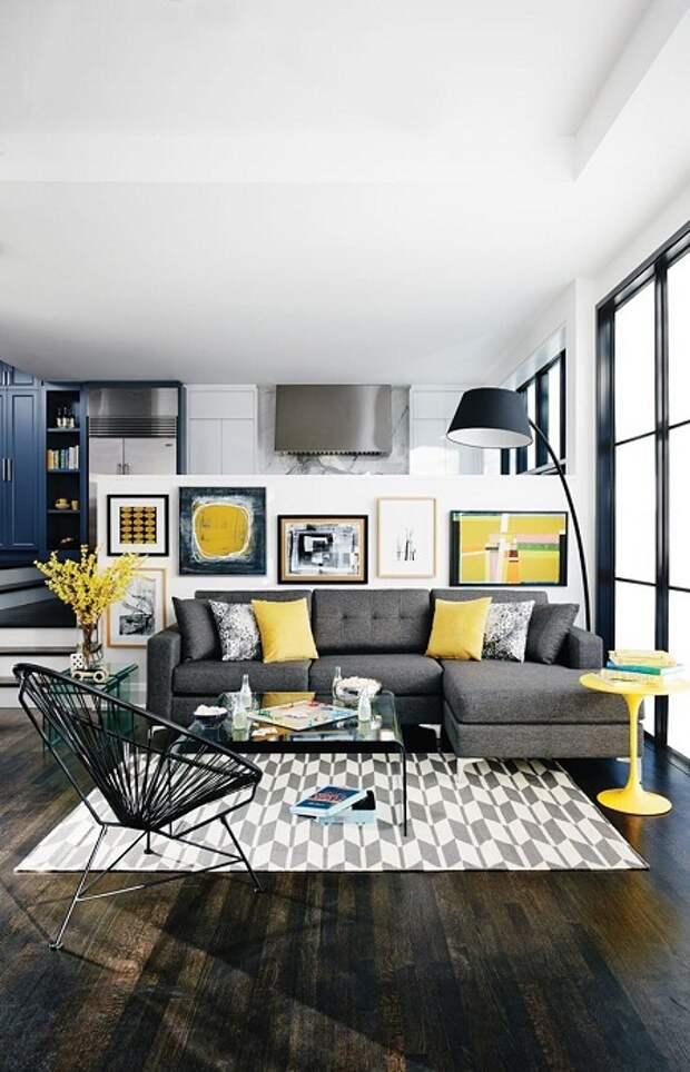 Гостиная оформлена в современных тенденциях, что выглядит очень красиво и ярко.