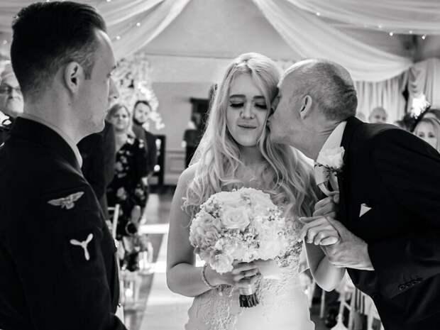 26 трогательных фото отцов, которые несдержали эмоций насвадьбе дочерей