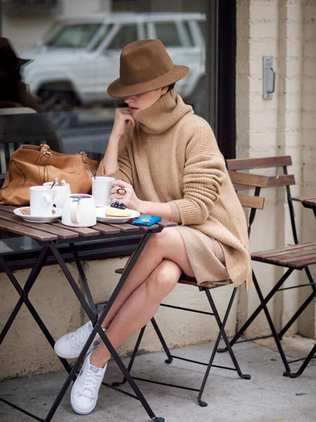 Девушка в бежевом-платье свитер, кеды и шляпа