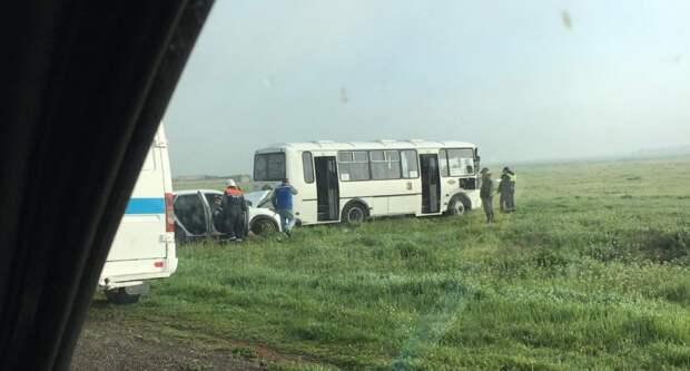 Иномарка и автобус лоб в лоб столкнулись в Крыму