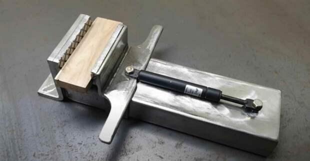 Слесарные тиски из металла и мебельного газлифта