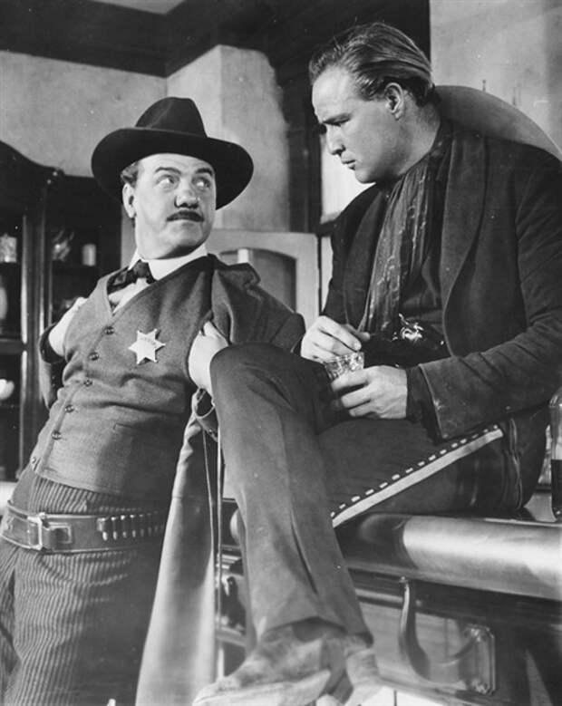 Карл Молден и Марлон Брандо на съемках фильма «Одноглазые валеты»