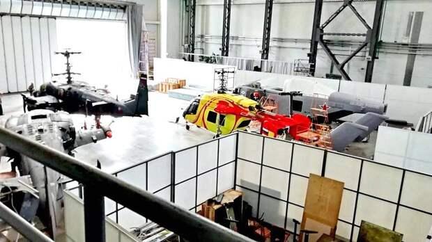 Полноразмерный макет морского вертолета нового поколения «Минога», создаваемого АО «Камов» (справа)