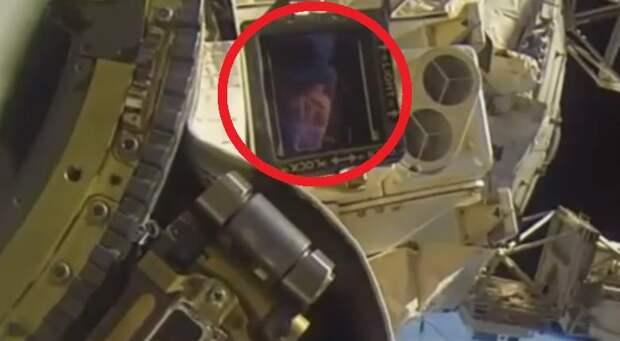 В иллюминаторе МКС показался пришелец?