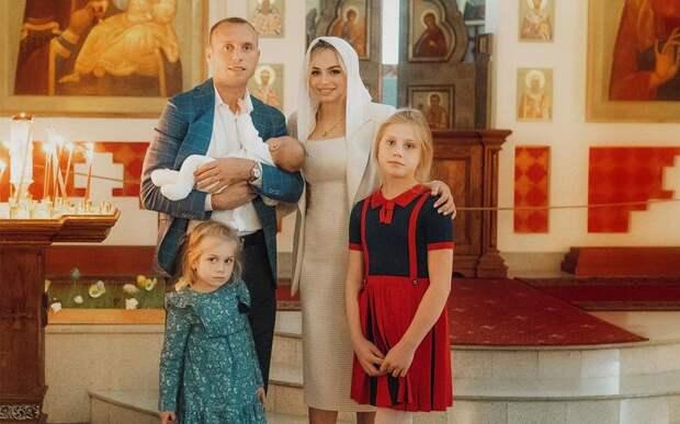 Глушаков выложил фото с Коваленко и дочками из церкви: «Покрестили нашу малышку. Большое событие в ее жизни!»