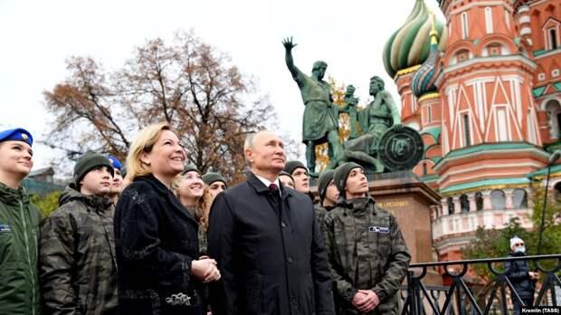 Министр культуры Ольга Любимова и Владимир Путин у Спасской башни
