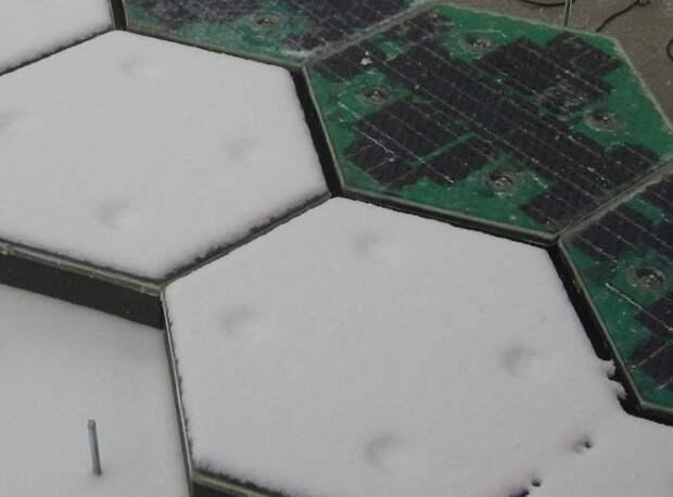 Дорожное полотно с солнечными батареями освещает дорогу в темноте и очищает зимой