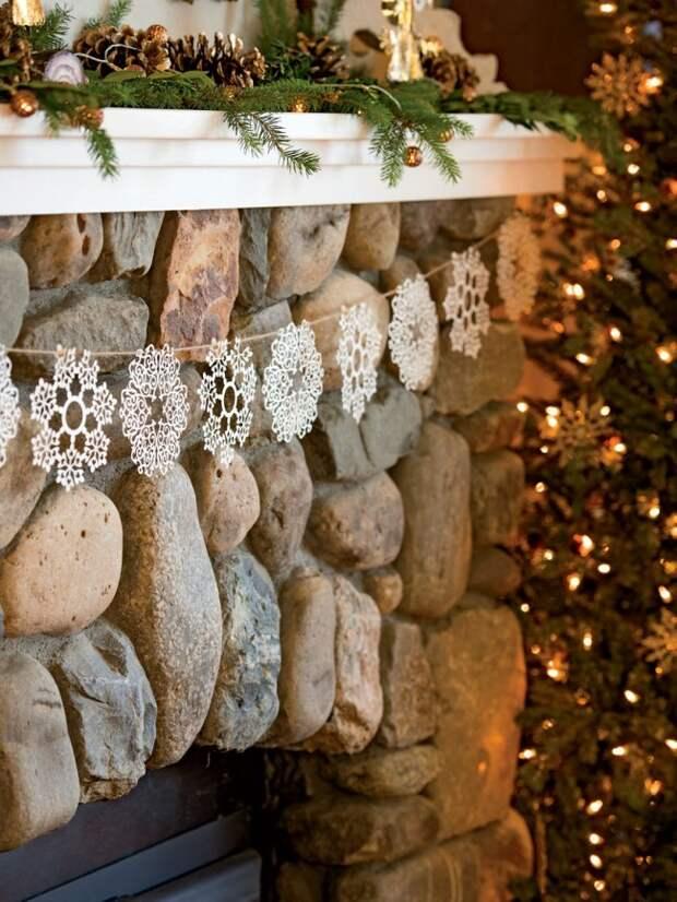 Украшение каминного портала снежинками - нежно и красиво
