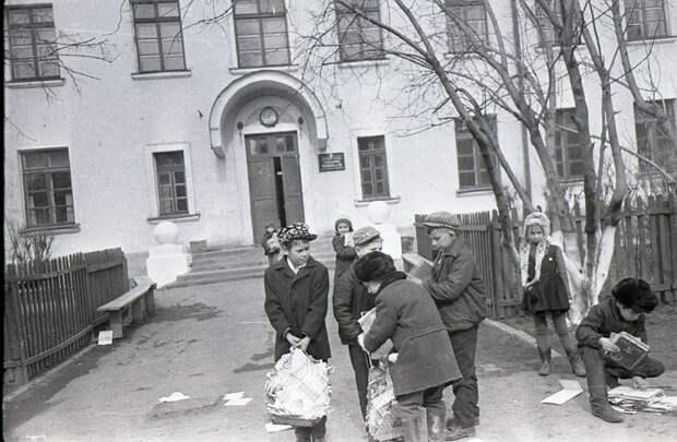 Пионеры договаривались с пенсионерами, чтобы те копили для них ненужные газеты и журналы. /Фото: pbs.twimg.com
