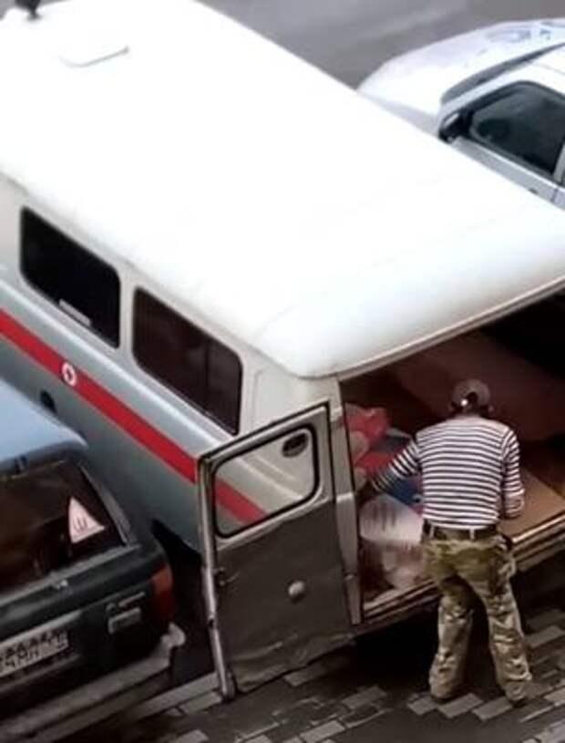 В Минздраве Кузбасса объяснили, почему машина со знаком медслужбы перевозит мешки с цементом