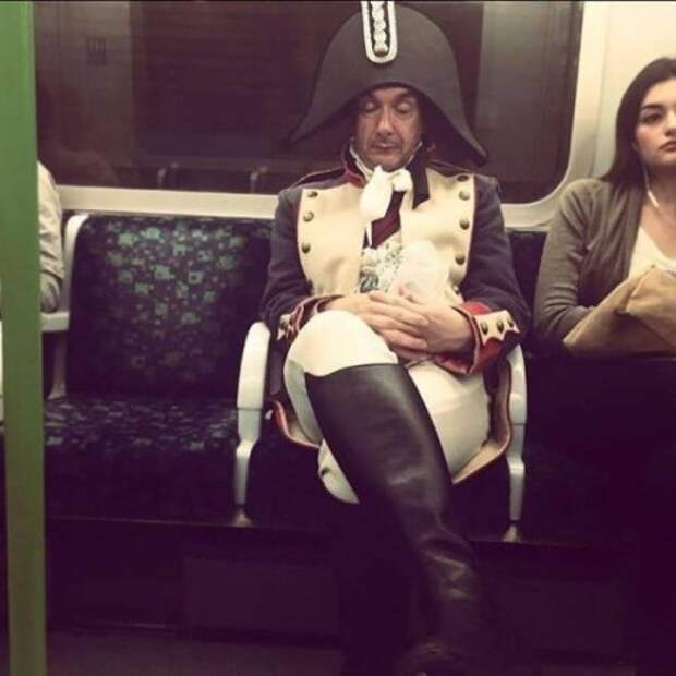 Странные и необычные пассажиры в метро (22 фото)