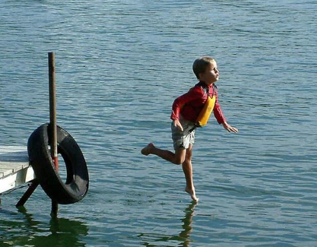 Летящей походкой по воде.   Фото: Фишки.нет.