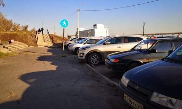 Прогулочная Красная пристань вАрхангельске превратилась внелегальную парковку