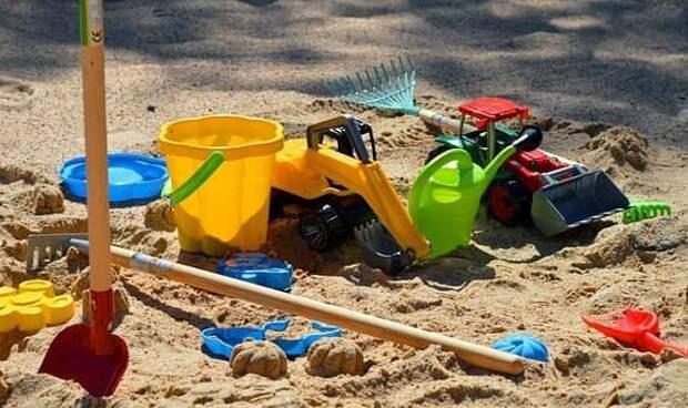 Во дворе на Лётчика Бабушкина обновили песок на детской площадке