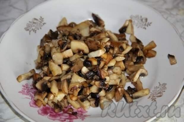 На сковороде обжариваем порезанные лук и грибы.