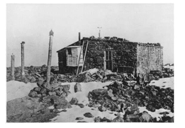 Метеостанция Пайкс-Пик, фото сделано между 1873-1890 годом. Из собрания Библиотеки Пенроуза, Колорадо-Спрингс, Колорадо. Строительство станции обошлось армии США в 2,5 тыс.$, это приблизительно 50 тыс. на сегодняшний день