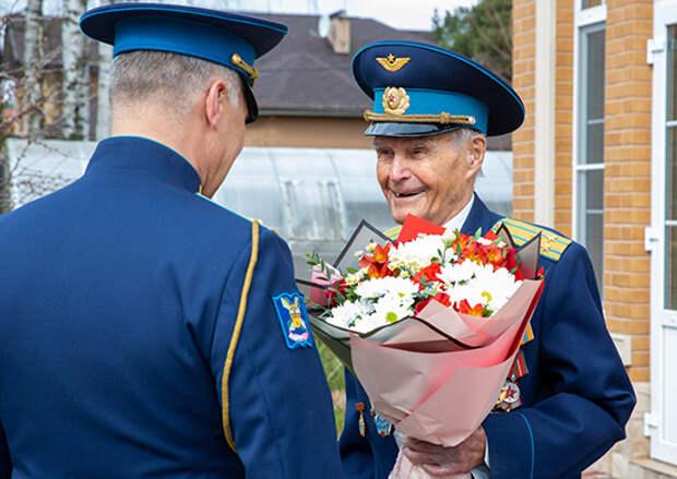 Курсанты Военно-космической академии имени А.Ф.Можайского поздравили  с Днем Победы ветерана ВОВ