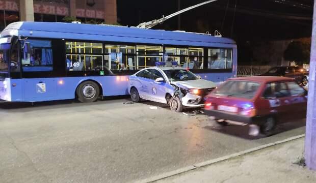 Полицейская машина врезалась в троллейбус в Севастополе
