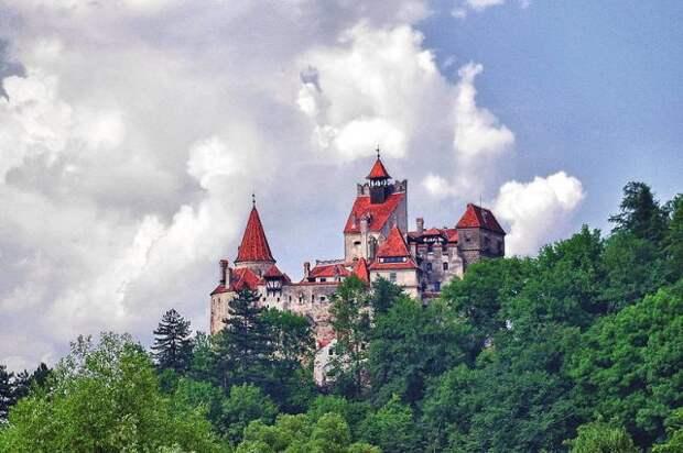 Власти Румынии открыли центр вакцинации от COVID-19 в замке Дракулы