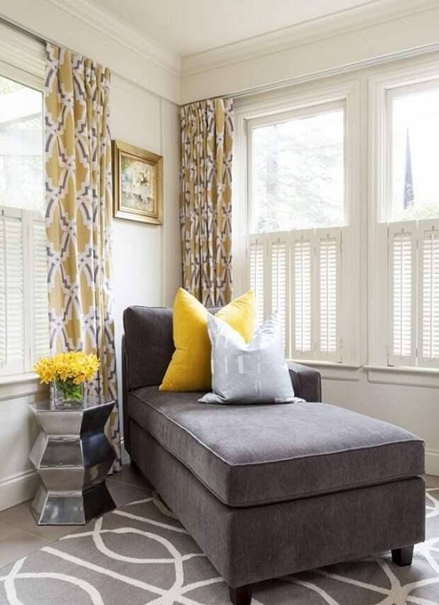 Интересный интерьер в гостиной создан благодаря таким простым, но очаровательным желтым и серым подушкам.