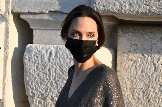 В ресторан на лодке: Анджелина Джоли отдыхает в Венеции