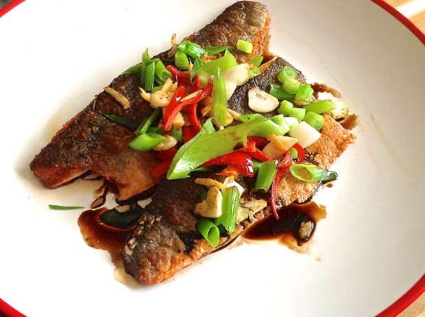 Рецепт: Морской окунь с шипящим имбирем, перцем чили и зеленым луком