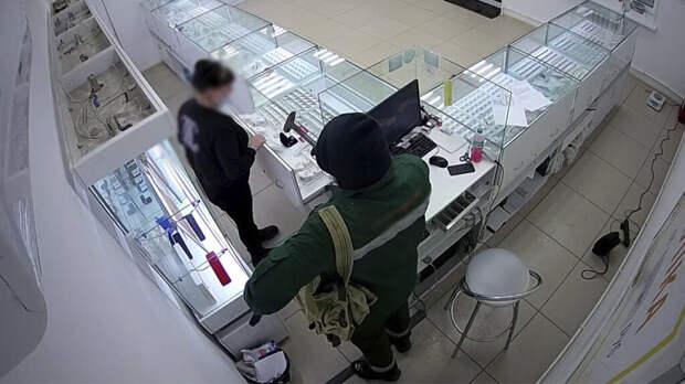 В приморье мужчина с муляжом пистолета ограбил ювелирный магазин