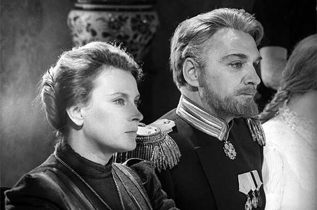 Любовь Соколова в роли Ольги и Леонид Иванов в роли Вершинина в фильме «Три сестры». 1963 год