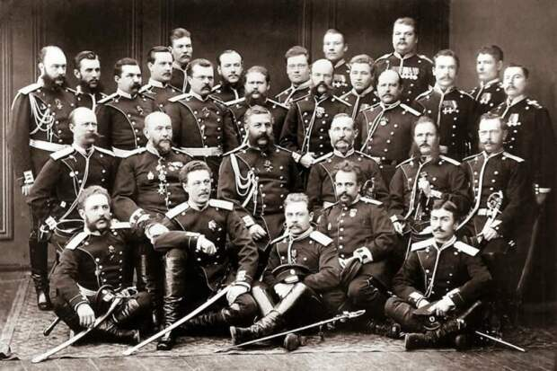 «Перчатки не снимать, за полковыми дамами не ухаживать»: запреты у царских офицеров