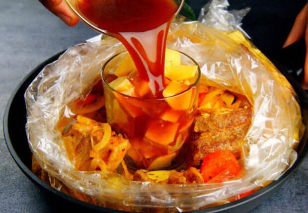 Целый пикник в одном блюде: запекли ребра сразу с картошкой