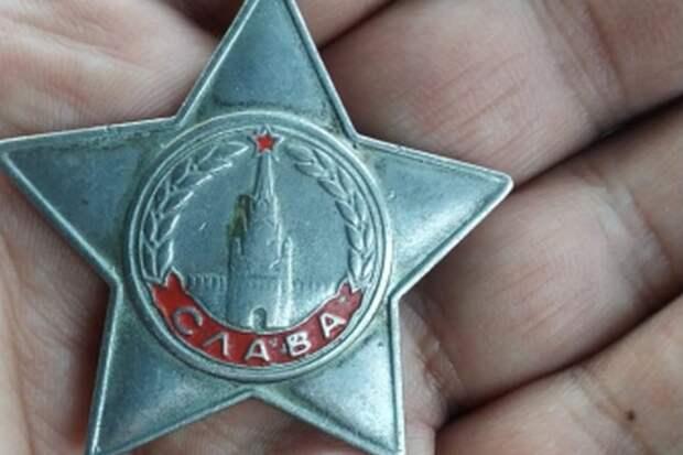 Орден Славы лежал на тротуаре: спустя 40 лет якутский полицейский вернул боевую награду семье героя