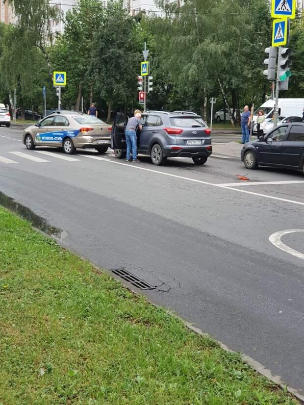 На Декабристов произошла авария с учебным автомобилем