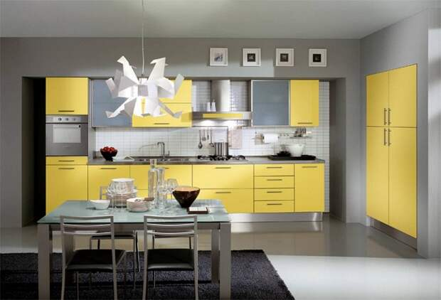 Красивое оформление кухни в желто-серых тонах, что выглядит очень достойно и прилично.
