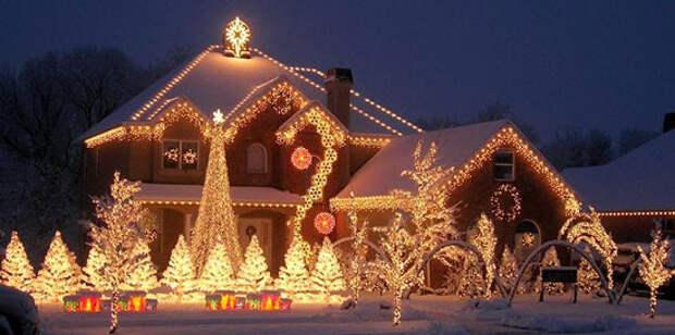 Украшение фасада дома и территория перед ним к Новому году
