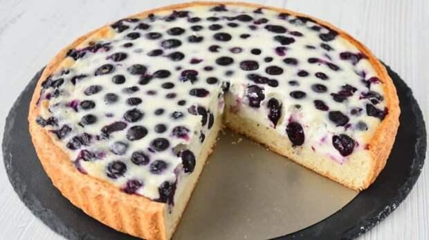 Пирог со сметанной заливкой и ягодами