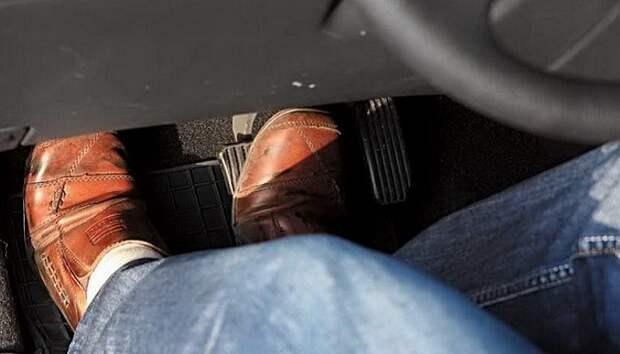 Нажатие на сцепление на «механике»/ Фото: cardinator.ru