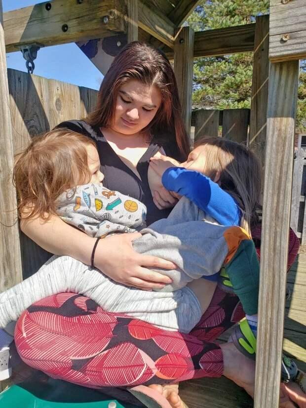 Особая связь: мать кормит грудью пятилетнего сына три раза вдень