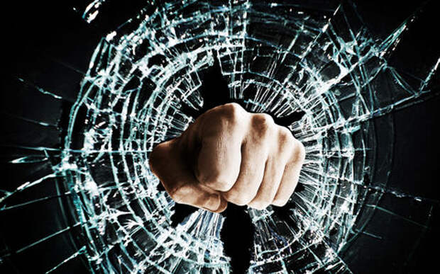 Гаишник кулаком высадил стекло Жигулям, чтобы достать водителя