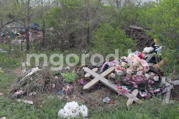 Директор ритуального агентства попросил жителей Атырау не мусорить на кладбище
