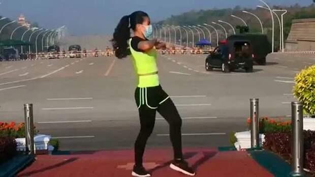 Фитнес-тренер из Мьянмы записала тренировку на фоне военного переворота