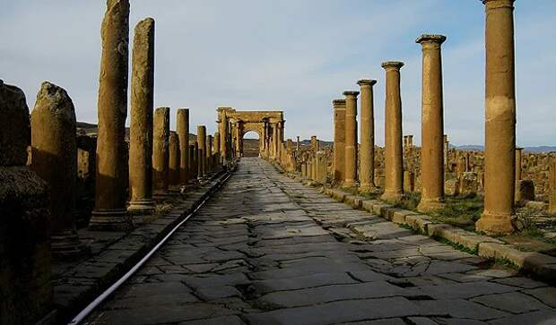 Откуда в алжирской пустыне появился настоящий древнеримский город Тимгад