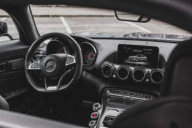 Валттери Боттас продает машину Mercedes – соцсети шутят