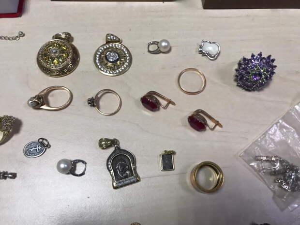 Иностранец украл у крымчанина пакет с драгоценностями на 1,5 млн руб
