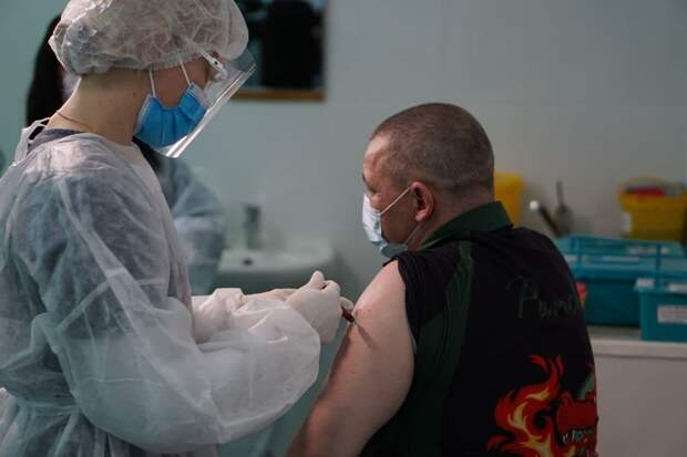 Медработников Крыма начали вакцинировать от коронавируса
