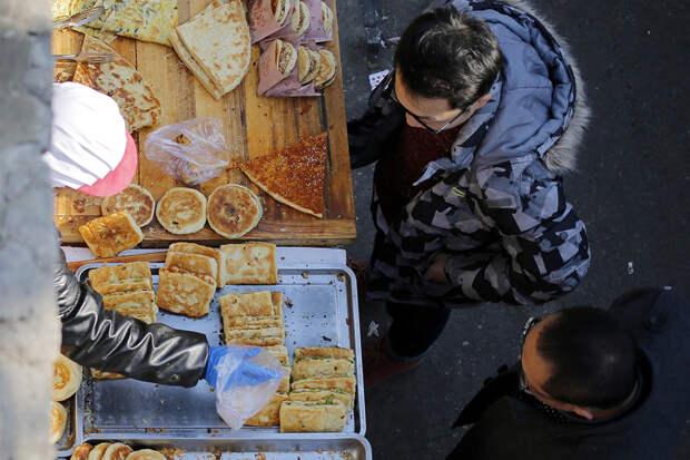 Китайские школьники вылизывают тарелки, чтобы помочь экологии