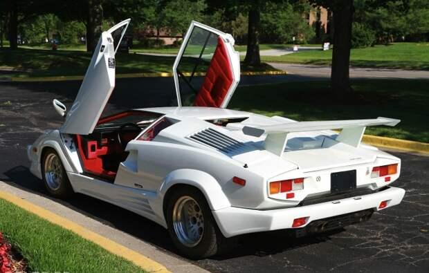 Двери гильотинного типа, впоследствии ставшие нормой для очень широких суперкаров.