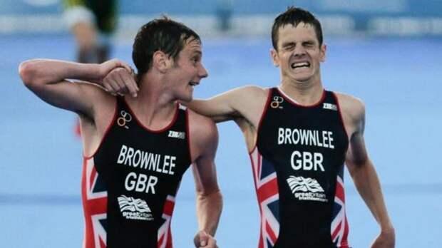 Триатлет Алистер Браунли помог брату финишировать в финале Мировой серии.