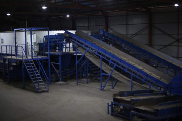 ФОТОРЕПОРТАЖ: Журналистам показали мусоросортировочный завод, который скоро откроется в Симферополе