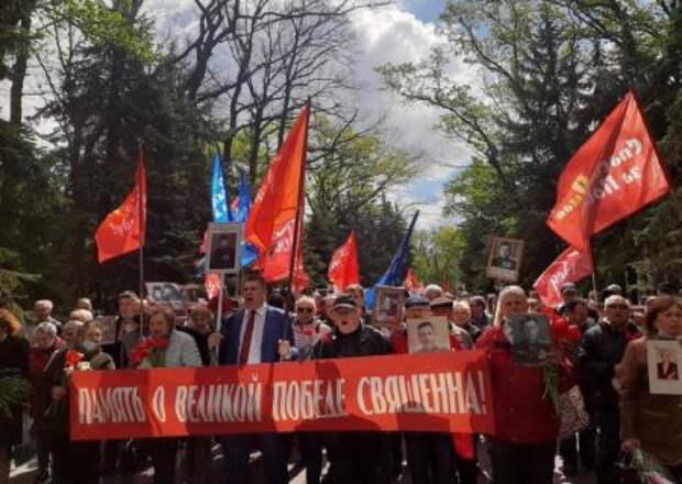 Украина начнёт просыпаться с Харькова: утонувший в цветах Мемориал Славы и сотни автомобилей с символикой Победы